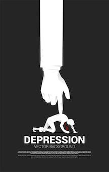 Silhouette des geschäftsmannes auf dem knie mit der großen hand auf dem rücken. konzept für stress am arbeitsplatz und depressive menschen.