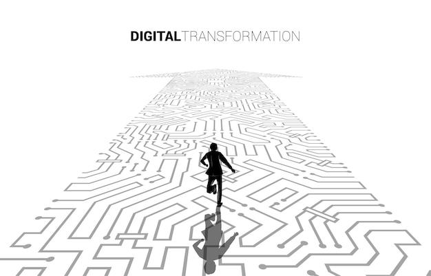 Silhouette des geschäftsmannes, der auf dem pfeilpunkt läuft, verbinden den leiterplattenstil. banner der digitalen transformation des geschäfts.