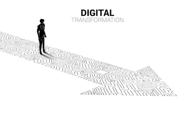 Silhouette des geschäftsmannes, der auf dem pfeilpunkt steht, verbinden den leiterplattenstil. banner der digitalen transformation des geschäfts.