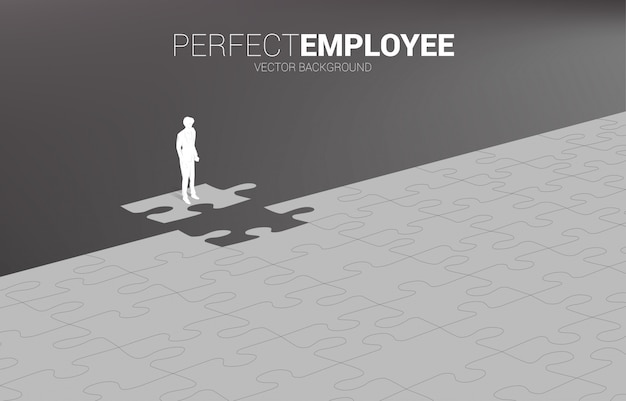Silhouette des geschäftsmannes, der auf endgültigem puzzleteil steht. konzept der perfekten rekrutierung. personal. setzen sie den richtigen mann auf den richtigen job.