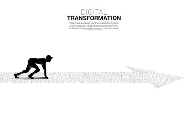 Silhouette des geschäftsmannes in betriebsbereiter position auf dem pfeilpunkt verbinden den leiterplattenstil. banner der digitalen transformation des geschäfts.