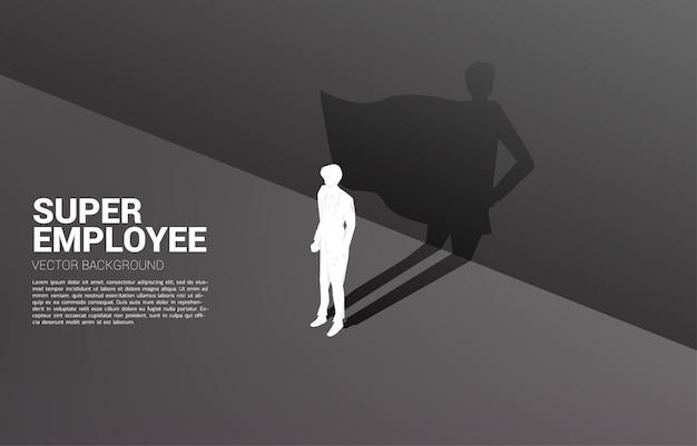 Silhouette des geschäftsmannes und sein schatten des superhelden. konzept der stärkung des potenzials und des personalmanagements