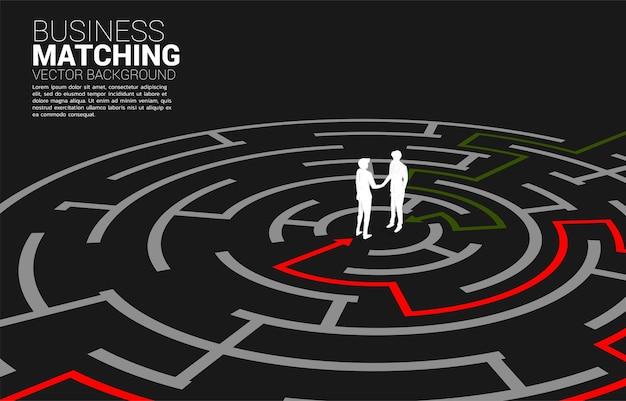Silhouette des geschäftsmannhändedrucks im labyrinth. konzept des business-matching. teamarbeit partnerschaft und zusammenarbeit.