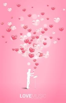 Silhouette des leiters stehend mit klaviertaste mit herzballon fliegen. konzepthintergrund für liebeslied und konzertthema.
