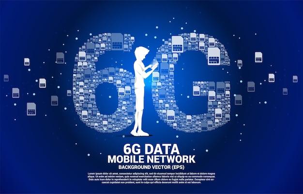 Silhouette des mannes verwenden handy mit 6g von der mobilen sim-karten-vernetzung. konzept für globales mobilfunknetz.