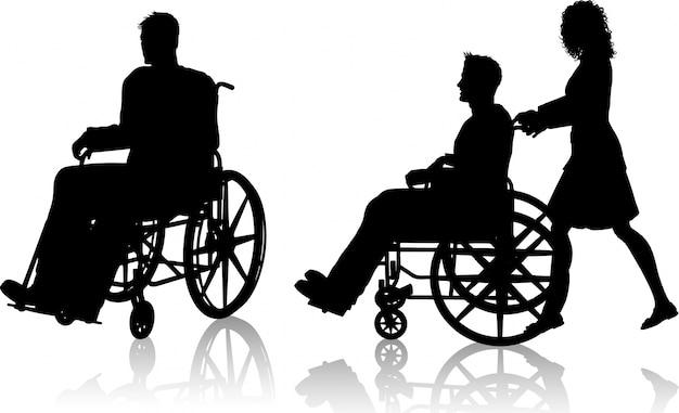 Silhouette eines mannes in einem rollstuhl und einer mit einer frau, die ihn drängt