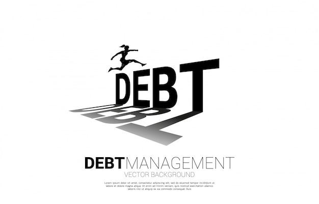 Silhouette geschäftsfrau, die über schulden springt. hintergrundkonzept für schuldenmanagement und herausforderung im geschäft
