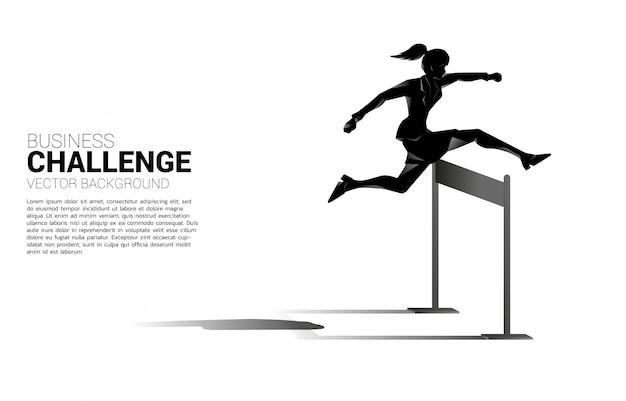 Silhouette geschäftsfrau springt über hürden hindernis. hintergrundkonzept für hindernis und herausforderung im geschäft