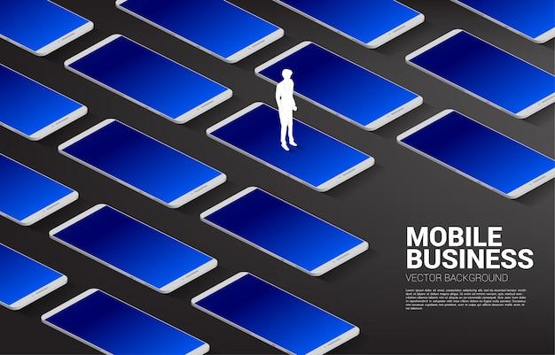 Silhouette geschäftsmann, der mit großem handy steht. geschäftskonzept der mobiltechnologie mit dem geschäft.