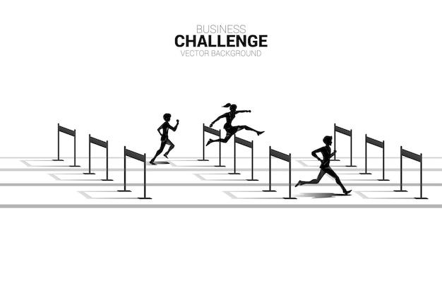 Silhouette geschäftsmann und geschäftsfrau springen über hürden hindernislauf. hintergrundkonzept für wettbewerb und herausforderung im geschäft