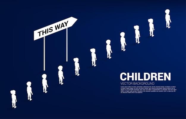 Silhouette gruppe von jungen und mädchen in der warteschlange mit richtung. konzept der bildungslösung und zukunft der kinder.