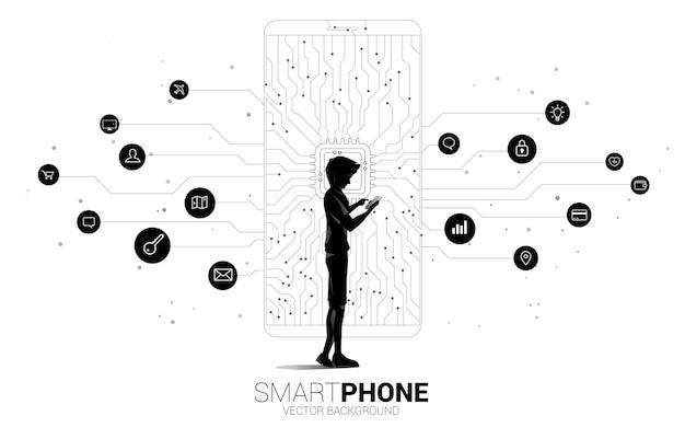 Silhouette mann und frau verwenden handy und cpu dot connect line circuit board style handy-symbol. konzept für mobilfunktechnologie und datennetz.