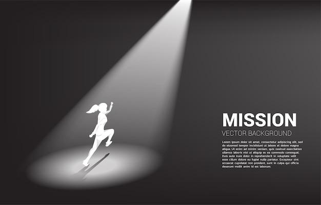 Silhouette von geschäftsfrauen, die im rampenlicht laufen. geschäftskonzept der rekrutierung und highlight-person