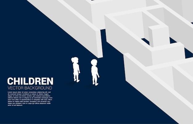 Silhouette von jungen und mädchen, die bereit sind, das labyrinth zu betreten. konzept der bildungslösung und zukunft der kinder.