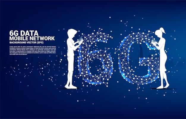 Silhouette von mann und frau benutzen handy, das mit polygon-punkt steht, verbinden linienförmiges 6g-mobilfunknetz. konzept für handy-datentechnologie.