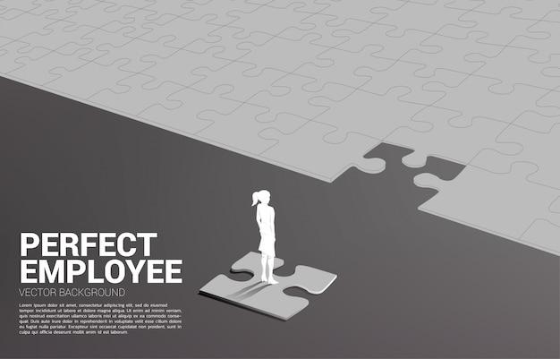 Silhouettebusinessman, der auf abschließendem puzzlestück steht. der perfekten rekrutierung. personal. stellen sie den richtigen mann für den richtigen job ein.