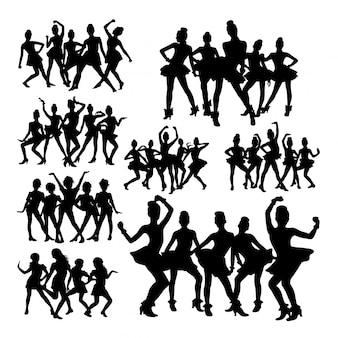 Silhouetten des teenagers, der in der gruppe tanzt.