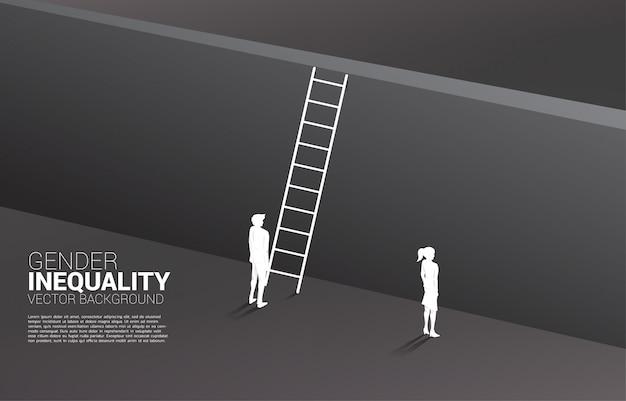Silhouettieren sie den geschäftsmann, der mit mit der leiter steht, um zur wand und zur geschäftsfrau zu klettern. geschlechterungleichheit in der wirtschaft und hindernis in der karriere von frauen