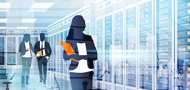 Silhouettieren sie die leute, die in der rechenzentrum-raum-hosting-server-computerdatenbank arbeiten