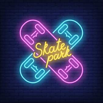 Skate-Park-Neon-Text auf gekreuzten Skateboards. Leuchtreklame, Nacht helle Werbung