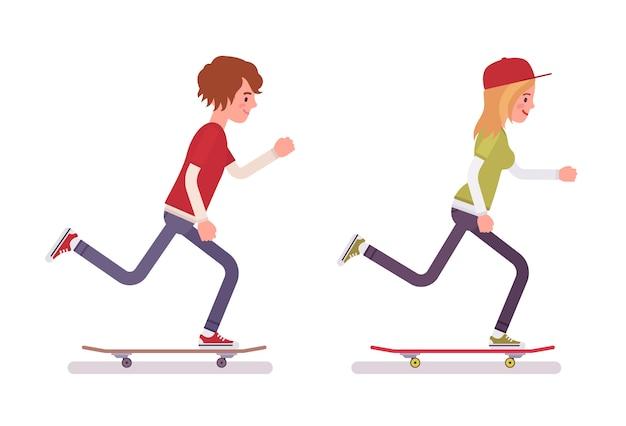 Skateboardfahrerjunge und -mädchen, fahrend in bewegung