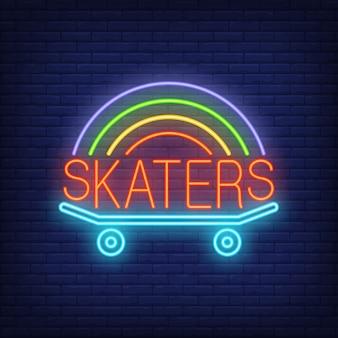 Skater-Neon-Wort auf Skateboard-Logo. Leuchtreklame, Nacht helle Werbung