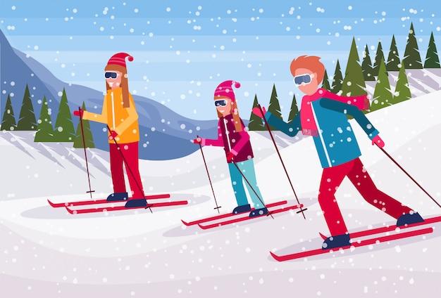 Skifahrergruppe, die den berg hinunter rutscht