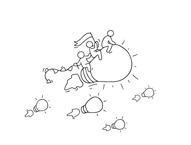 Skizze der arbeitenden kleinen leute mit fliegender lampenidee. kritzeln sie niedliche miniaturszene der kreativen arbeiter. hand gezeichnete karikaturvektorillustration für geschäftsentwurf und infografik.