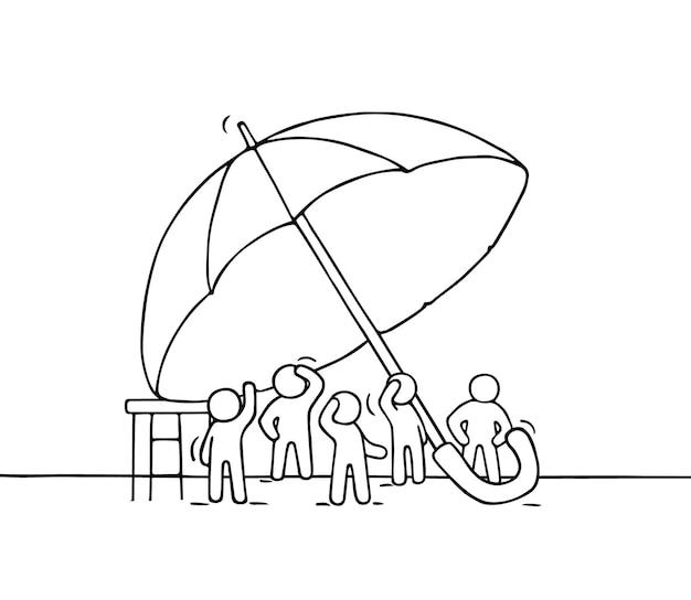 Skizze der menge kleiner leute unter regenschirm. kritzeln sie niedliche miniaturszene der arbeiter über sicherheit. hand gezeichnete karikatur