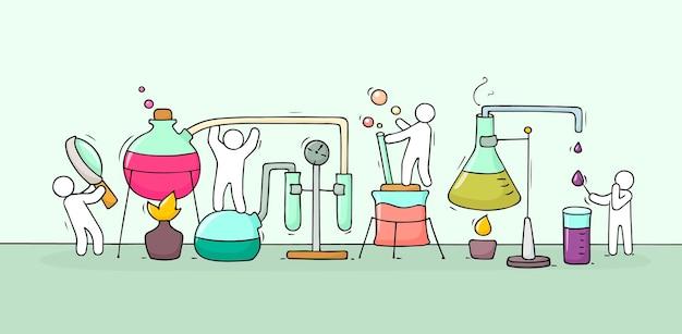 Skizze des chemischen experiments mit arbeitenden kleinen leuten, becher. doodle süße miniatur der teamarbeit und materialforschung. handgezeichnete cartoon-vektor-illustration für biologie und chemie.