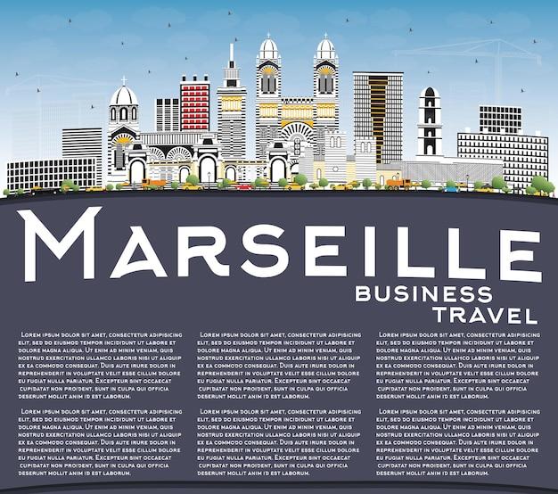 Skyline von marseille frankreich mit grauen gebäuden, blauem himmel und textfreiraum. vektor-illustration. geschäftsreise- und tourismuskonzept mit historischer architektur. marseille-stadtbild mit sehenswürdigkeiten.