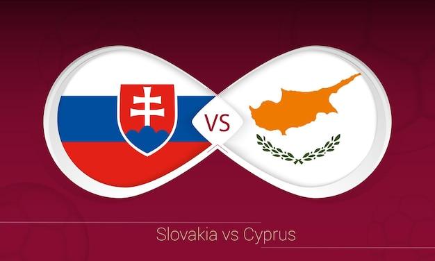 Slowakei gegen zypern im fußballwettbewerb, gruppe h. versus-symbol auf fußballhintergrund.