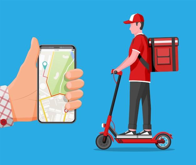 Smartphone mit app und mann, der kick-scooter mit der box fährt. konzept der schnellen lieferung in der stadt. männlicher kurier mit paketkasten auf dem rücken mit waren und produkten. flache vektorillustration der karikatur