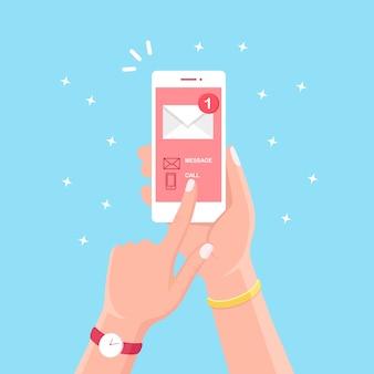 Smartphone mit nachrichtenbenachrichtigung auf dem bildschirm.