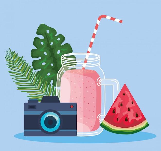 Smoothiegetränk mit wassermelonenfrucht und kamera mit blättern