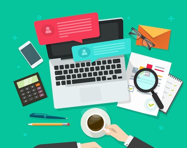 Social media-marketing-analyse oder statistikforschung über draufsicht der flachen karikatur des computerarbeitsplatzes