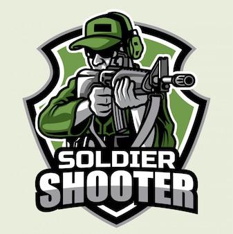 Soldat, der sein riffle-maskottchen-logo schießt
