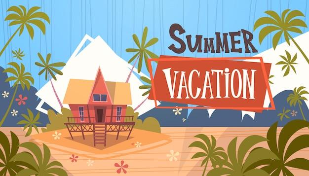 Sommer-ferien-bungalow-haus auf seestrand-landschaftsschöner fahnen-küstenurlaub