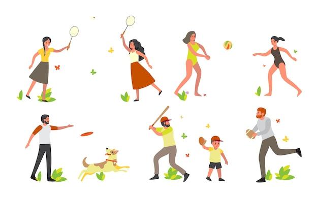 Sommer freizeitset. frau, die spaß hat, badminton und volleyball auf weißem hintergrund spielend. mann, der mit frisbee und baseball spielt.
