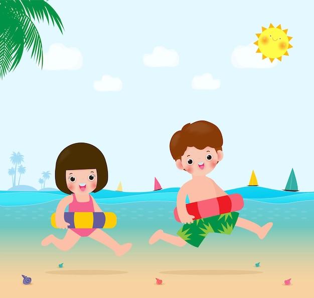 Sommer für glückliche kinder jungen und mädchen in badekleidung mit aufblasbaren spielzeugen am strand