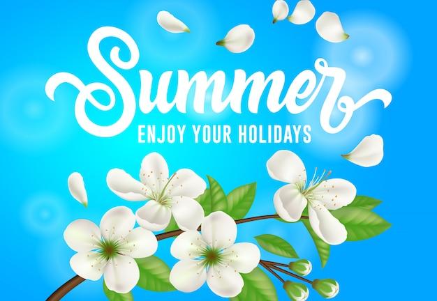 Sommer, genießen sie ihre feiertagsfahne mit blühendem apfelbaumzweig auf himmelblauhintergrund