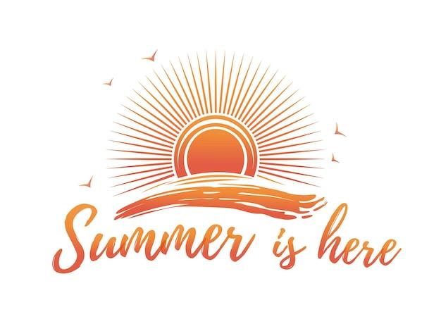 Sommer-logo-design. sonne ist über der meereswelle und -beschriftung. der sommer ist da. abbildung isoliert auf weißem hintergrund
