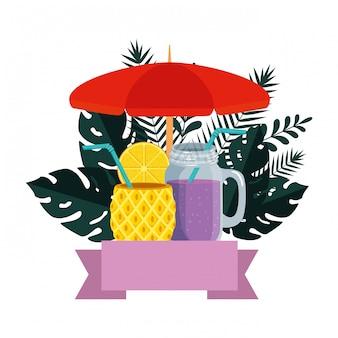 Sommer mit tropischen blättern und cocktails