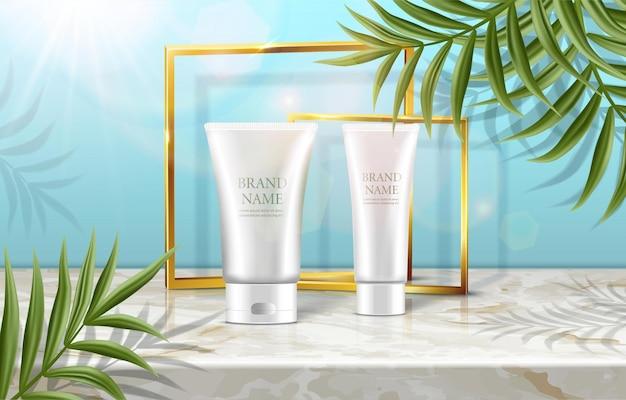 Sommer-schönheitskosmetik-werbung mit palmen und cremeflaschen mit sonnenflecken und goldenen rahmen