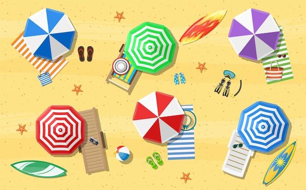 Sommer strandurlaub sonnenliege mit regenschirm