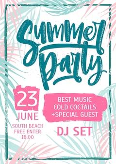 Sommer-tanzparty-einladung, flyer oder poster-vorlage mit schriftzug gegen bunte tropische palmenblätter auf der oberfläche