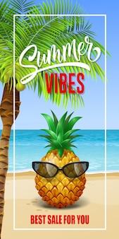 Sommer vibes schriftzug im rahmen mit meeresstrand und ananas in sonnenbrille.