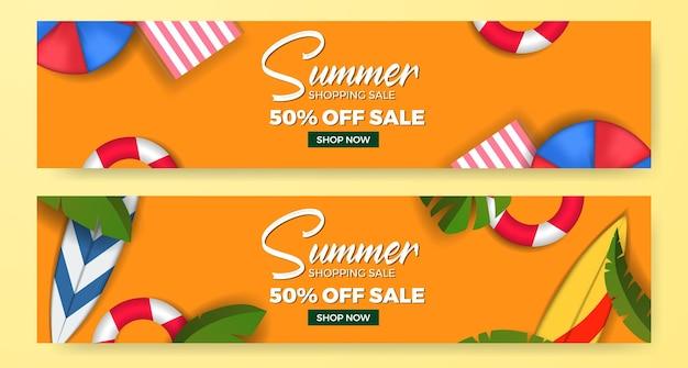 Sommerangebot-banner-vorlage mit flachem strandelement mit draufsicht und grünen tropischen blättern
