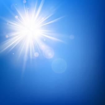 Sommerblauer himmel und heiße sommersonnenstrahlen platzen vor linseneffekt.