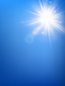 Sommerblauer himmelschablone und heiße sommersonnenstrahlen platzen mit linseneffekt.